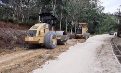 PT Musim Mas Kerahkan Dua Alat Berat Perbaiki Jalan Desa Tanjung Beringin