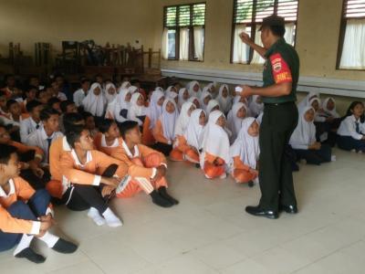 Babinsa Koramil 11 Tambusai Sampaikan Wasbang, di SMP N 4 Tambusai Utara